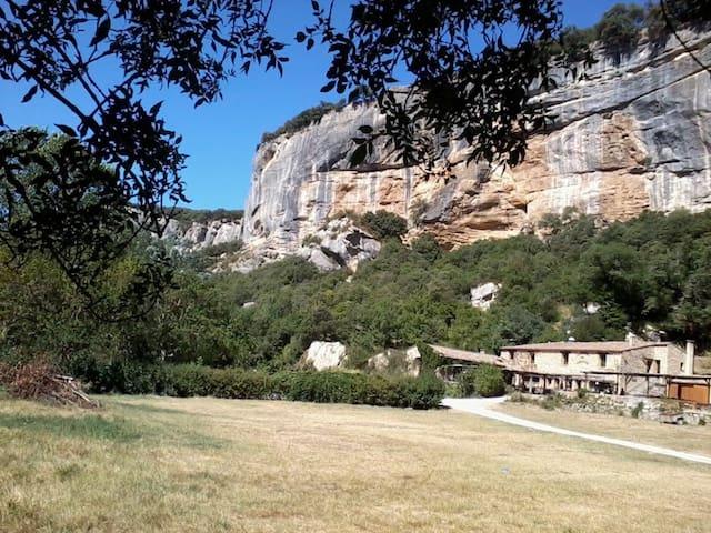 En pleine verdure au cœur d'un village provençal - Cucuron - Hus