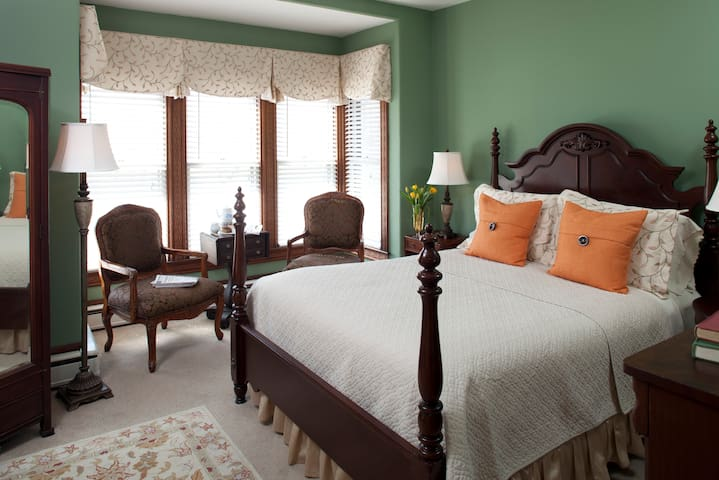 Forget about Lunch!...Delicious 3-course Breakfast & Luxury Room: Brewster House B&B