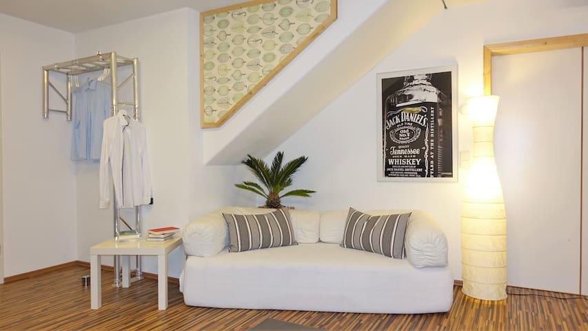 Modernes Zimmer mit Heimkino nahe Stuttgart