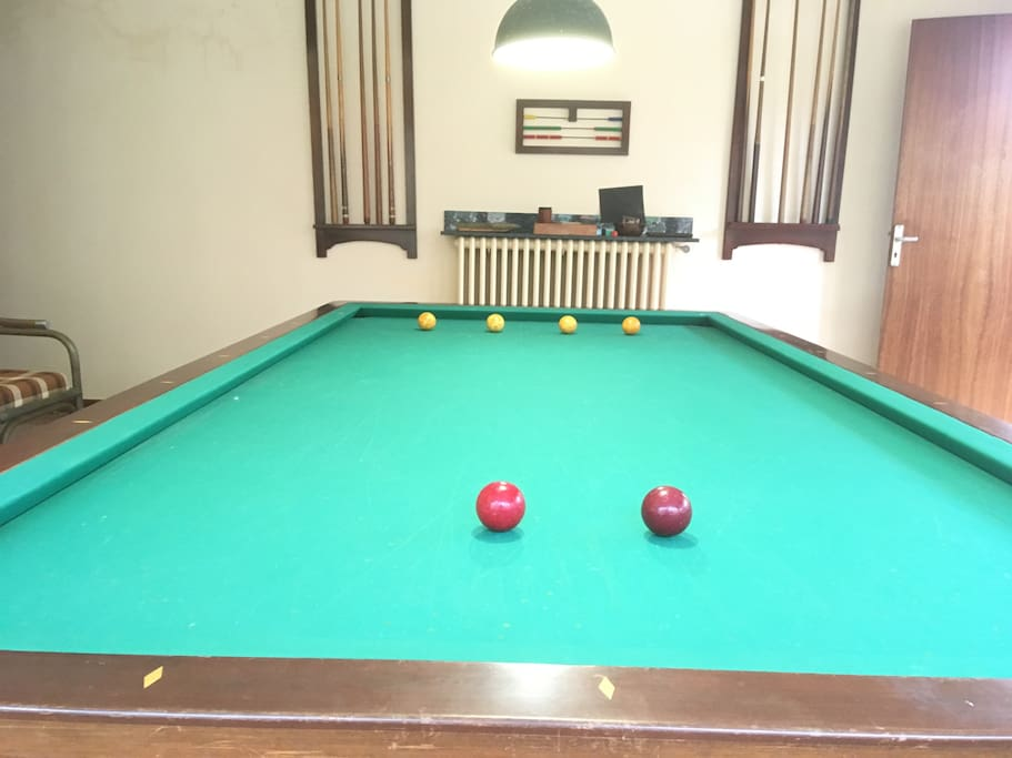 Spanish snooker... this table does NOT consist of pockets/ holes. It is not an ordinary pool table.