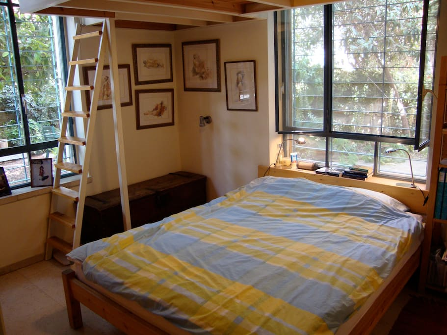 Bedroom, full of light, with mezzanine for additional mattresses