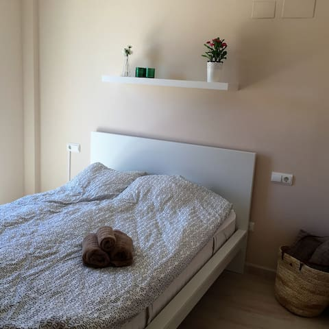 2 bedrooms w double bed Aircon Balcony Access to roof top terrasse