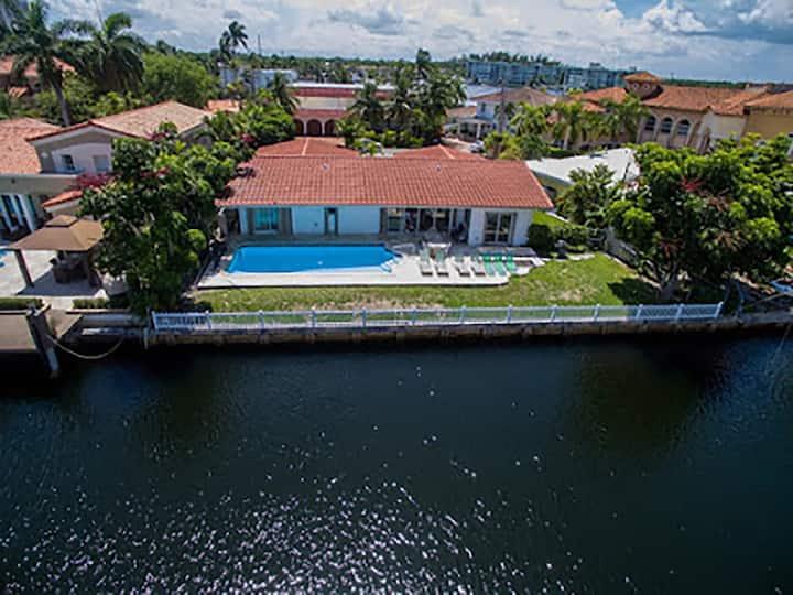 Villa Chachi - w/ heated pool & waterfront