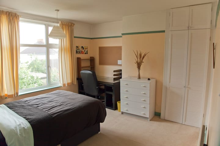 Quiet comfortable spacious room in Filton