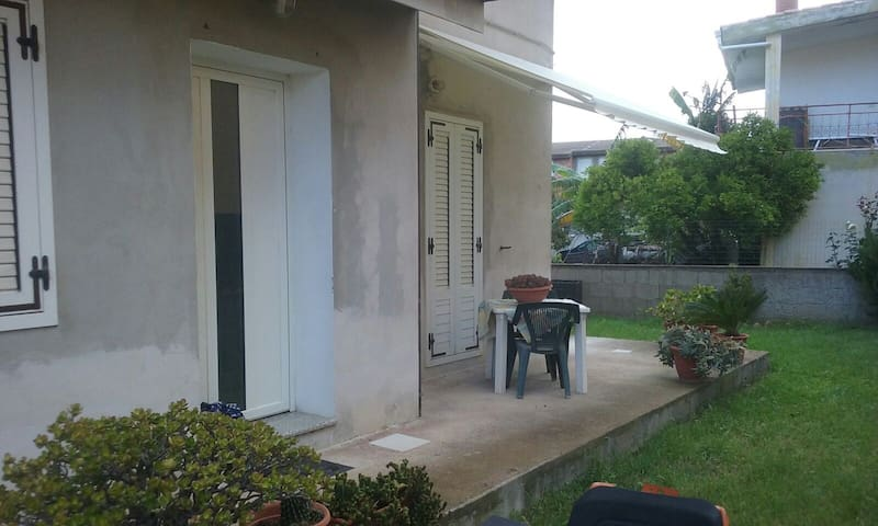 House with garden and grill, 1km from the sea