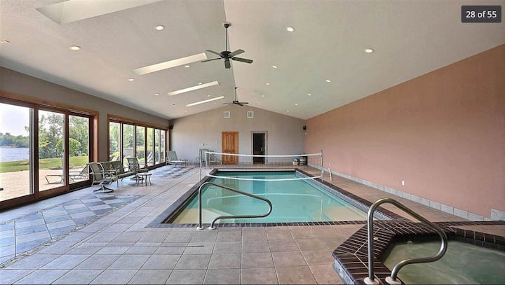 Luxury Lakefront Escape/Indoor heated private pool