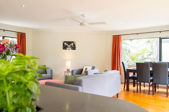 Gorgeous Modern Home away from Home! 500m to Beach