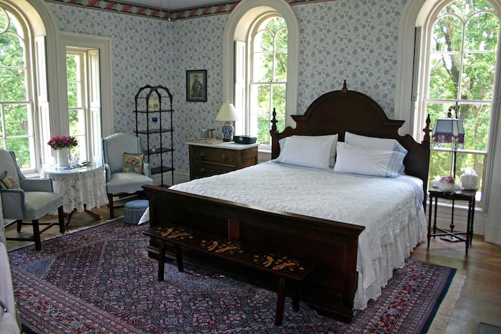 The Southern Charm Room at Mayhurst Inn - Orange - Bed & Breakfast