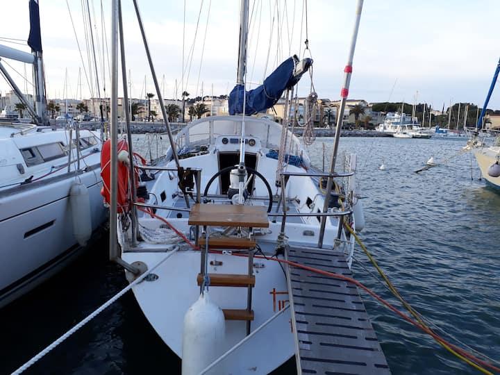 Bateau voilier à quai. Zone capitainerie