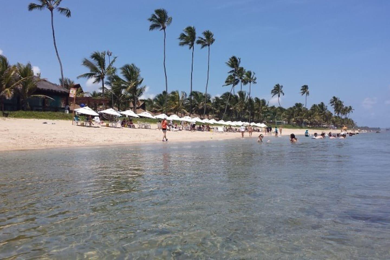 Praia de Muro Alto em frente ao Resort, com serviço de bar!