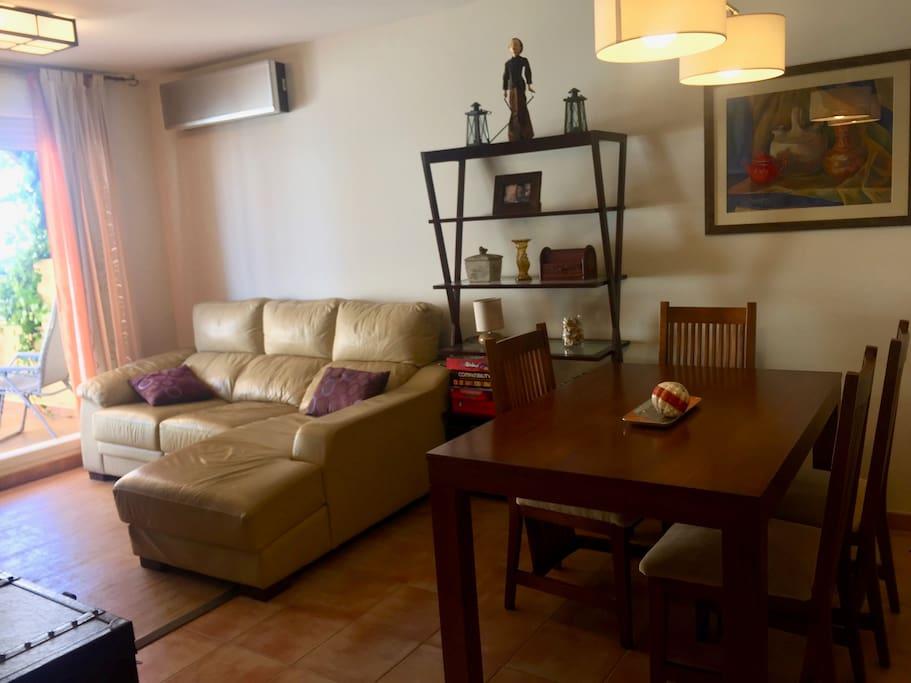Salón con mesa de comedor extensible, aire acondicionado