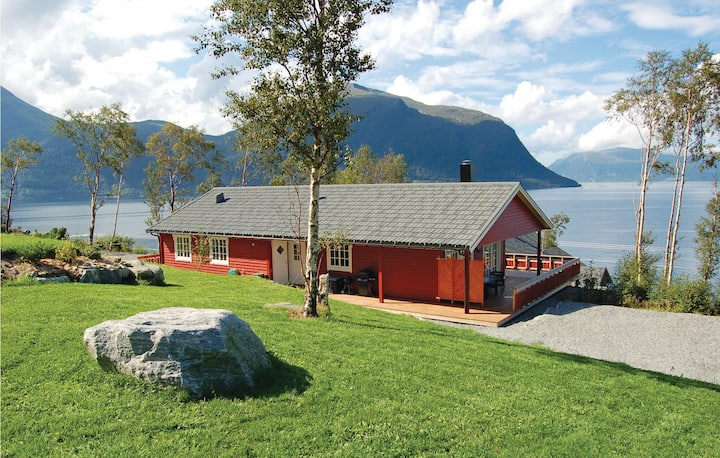 Beautiful home in Hundeidvik with 4 Bedrooms