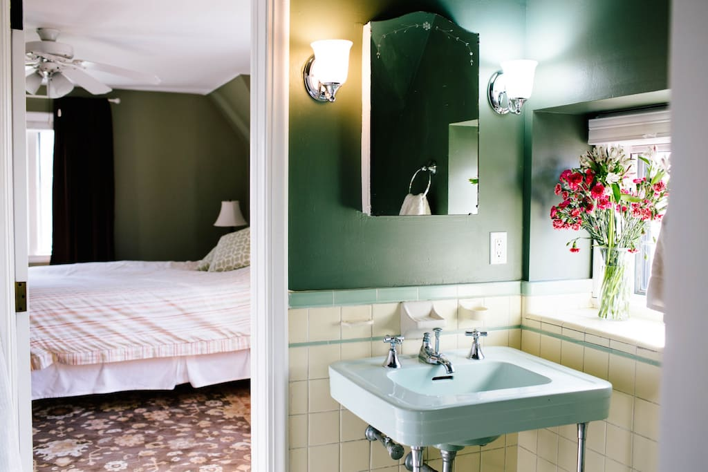 Adjoining Bathroom (Bathroom is connected to both Guest Rooms)
