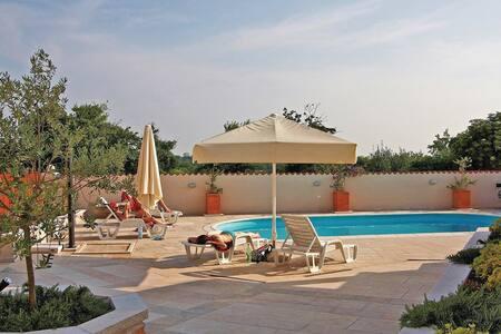 7 Bedrooms Home in Burici - Burici