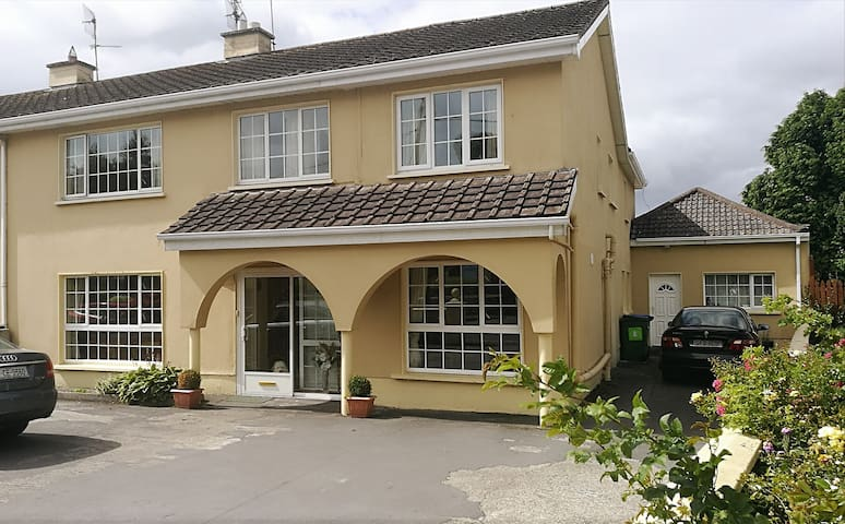 Ferguslodge 10 min drive to Shannon Airport.