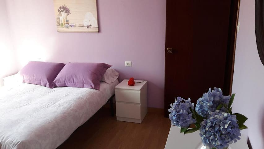 Habitación matrimonio principal, amplia, cama de 130cm.