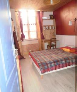 petite chambre cosy roche cathédrale,entrée indép. - Angoulême - Hus