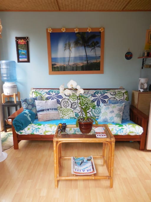 Ocean colors, Hawaiian print Fabrics, Local Beach Artwork. (photo May, 2017).