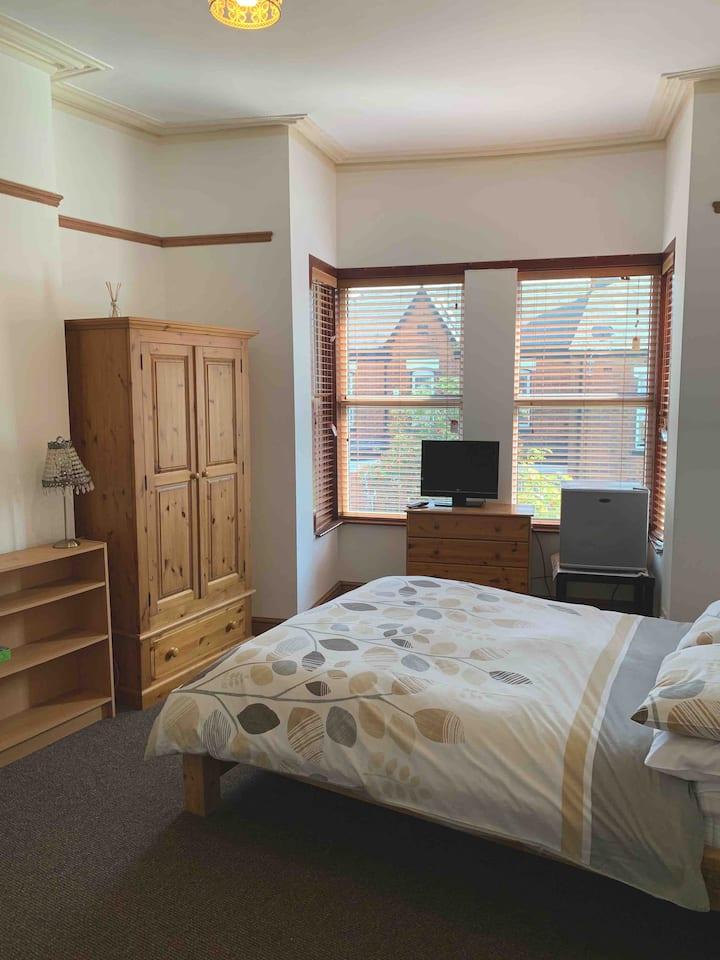 Large Double En-suite Room Short Walk to Wigan