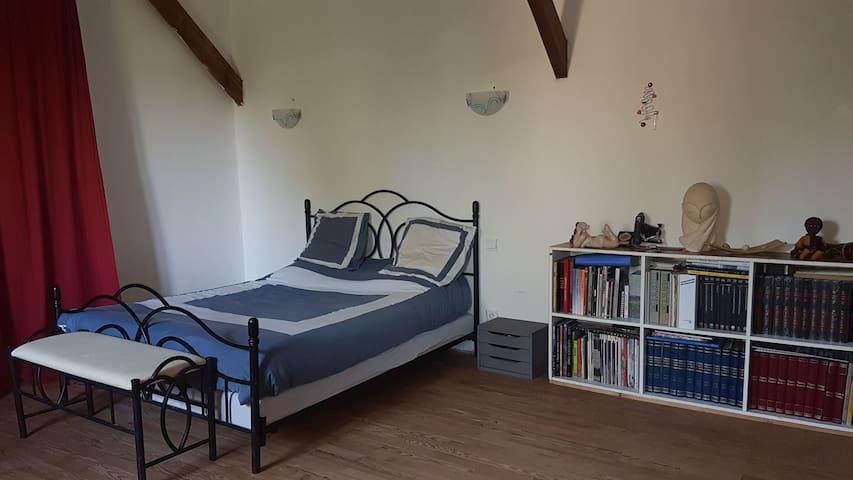 Grande chambre dans belle maison ancienne