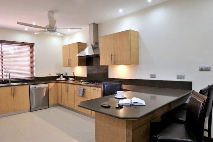 5 Star Apartment on the Beach - Black River - Daire