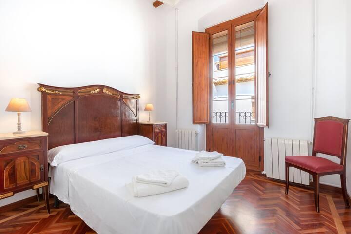 Dormitori amb habitació doble, balcó i armari empotrat/ Dormitorio doble con balcón y armario emportado/ Doble bedroom with balcony and built-in wardrobe