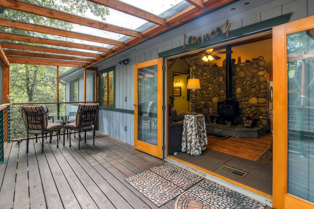 With 1,000 square feet of living space, this cottage comfortably sleeps 6.