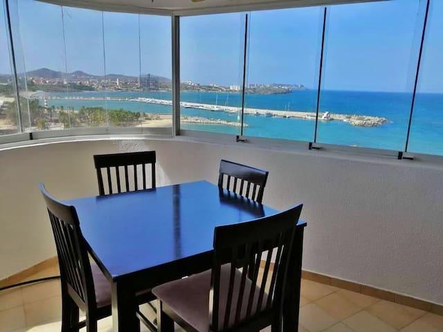 Luminoso y amplio apartamento con vista al mar