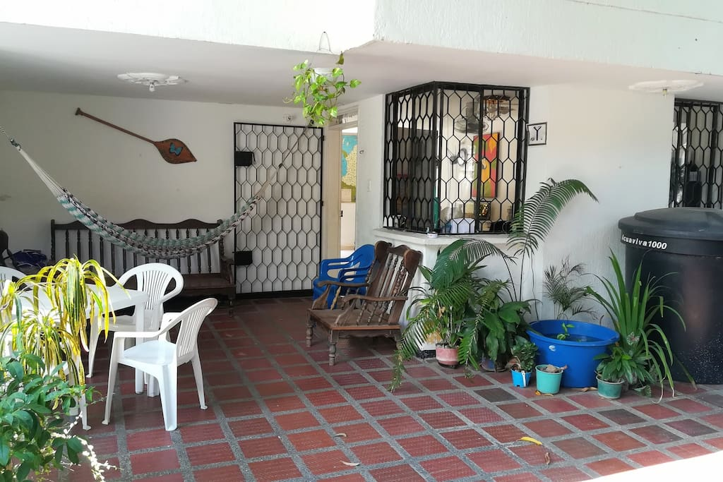 The front terrace showing outdoor dining area, hammock and seating area. //  La terraza delantera con zona de comedor al aire libre, hamaca y zona de estar.