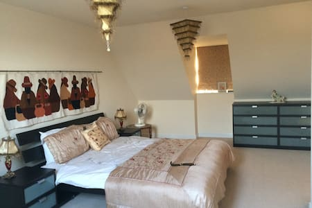 King size Executive Room with Private Bathroom - Great Sankey - House