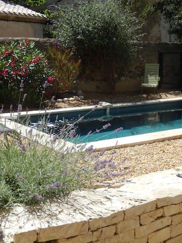 Pen villa Med svømmebasseng & hage