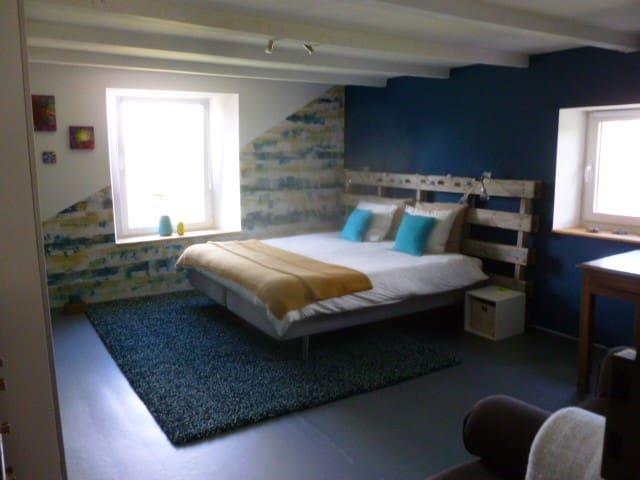 Grande chambre spacieuse au cœur de la Gaume.