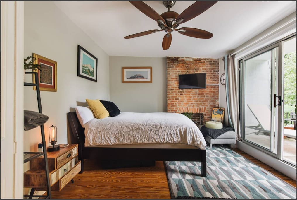 large bedroom with cable TV