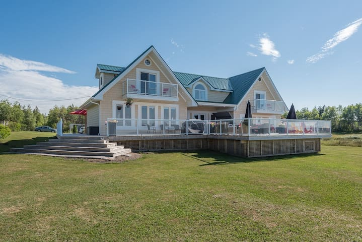 Beachside Getaway Villa with space for 20+