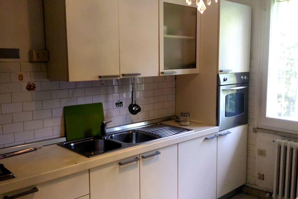la cucina è completa di forno elettrico, fornelli a gas, ed è dotata di stoviglie e pentole per cucinare.