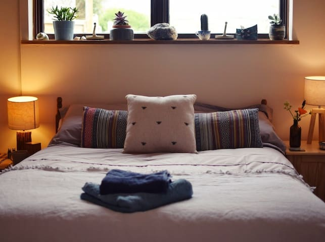 Cosy private studio with a comfey bed, patio area, bathroom, faciities to make tea , fridge and a range of holistic therapy treatments to enrich your stay.