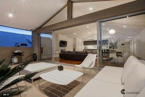 Huge 21 square Chic apt in the heart of Sorrento