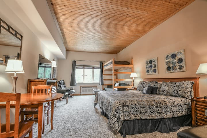 Gateway Lodge 5002 - Close to the Village! Ground floor condo, Pool & Hot tub