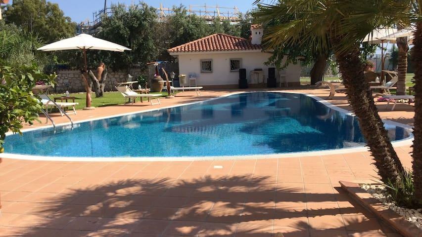 Villa fronte mare con piscina.