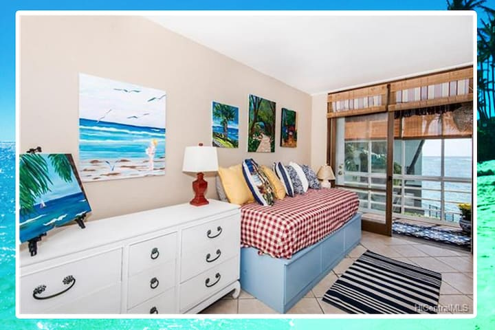 Beachfront Waikiki Condo on Sand Sleeps 8