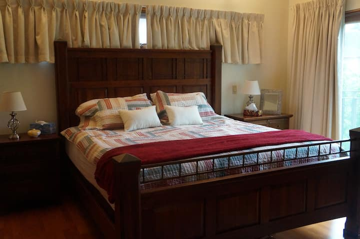 Luxury Master bed. w/ ensuite bath. Jacuzzi