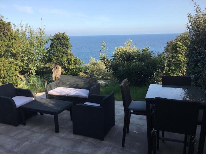 Joli rez de jardin au calme avec vue mer