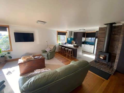 Comfy 3 bedroom  house close to the beach