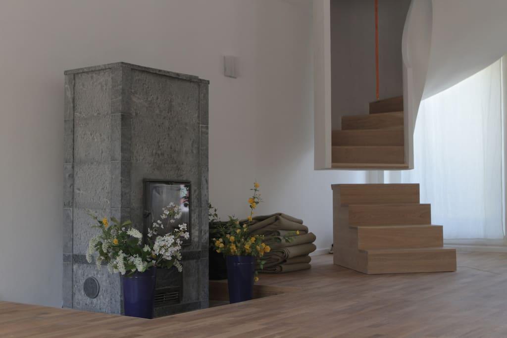 von der Galerie aus führt eine Wendeltreppe direkt zum Seminarraum mit dem schönen Specksteinofen
