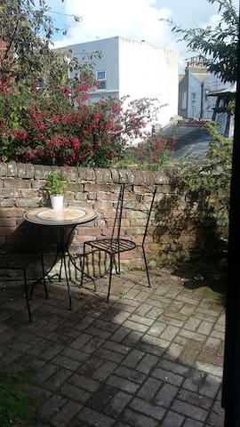 Gorgeous, secluded cottage, 5 mins' walk to beach