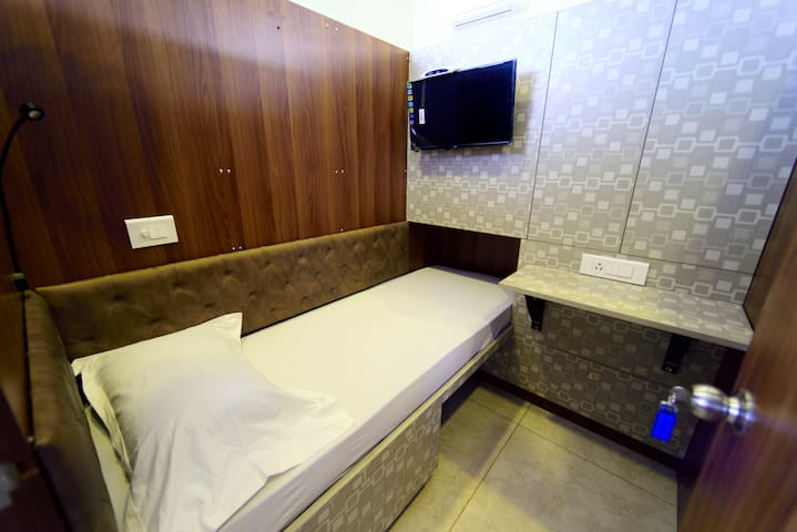 bedspace Capsule Hotel (Fully A/C)