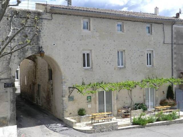 Gîte des Remparts - classé 3 étoiles - Valvignères - House