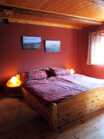 abgetrenntes gemütliches Schlafzimmer mit großem Doppelbett und Tonnentaschenfederkernmatratzen