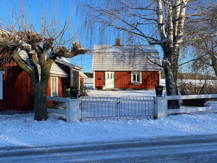 Nyrenoverat hus på landet i idylliska Vadstena.