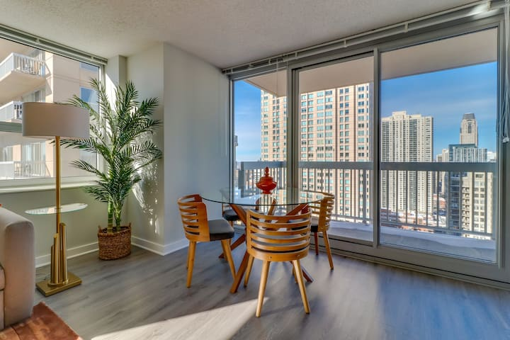River North Grand Plaza suite w/ lake view, balcony! Shared pool, gym, game room
